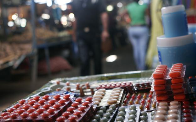 Al menos 300 vendedores informales comercializan medicamentos de manera ilegal en Las Pulgas y Las Playitas. (Foto: Archivo)