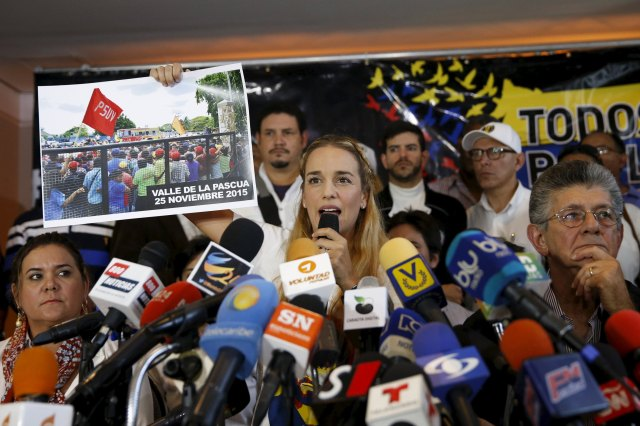 Lilian Tintori (C), wife of jailed opposition leader Leopoldo Lopez, holds a picture while she speaks during a news conference in Caracas November 26, 2015. South America's regional bloc UNASUR and Venezuela's opposition called on Thursday for a probe into the murder of an activist days before a legislative election that has sparked fears of renewed political violence. Luis Diaz, a leader of the opposition Democratic Action party in Guarico state in Venezuela's central plains, was shot during a public meeting on Wednesday night, his movement said. REUTERS/Carlos Garcia Rawlins