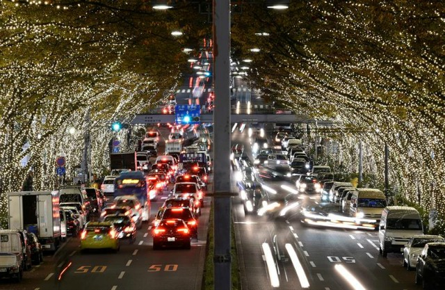 Varios coches circulan por debajo de los árboles iluminados con motivo de la Navidad en el distrito de Omotesando en Tokio (Japón) hoy, 1 de Diciembre de 2015. Desde hoy, casi 500.000 LEDS decorarán los árboles que bordean esta avenida. EFE/Franck Robichon