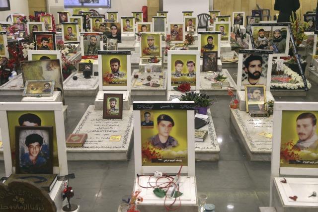 Una vista muestra tumbas de miembros de Hezbolá del Líbano durante la visita de Ali Akbar Velayati (no visto), el principal asesor del líder supremo iraní, el ayatolá Ali Jamenei en los asuntos internacionales, en los suburbios del sur de Beirut, 1 de diciembre de 2015. REUTERS / Aziz Taher
