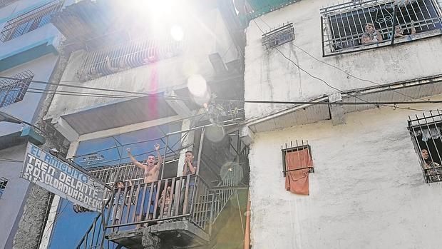 Vecinos del barrio de la Moran en Catia saludan y gritan a favor de los militantes de la Mesa de la Unidad - ÁLVARO YBARRA