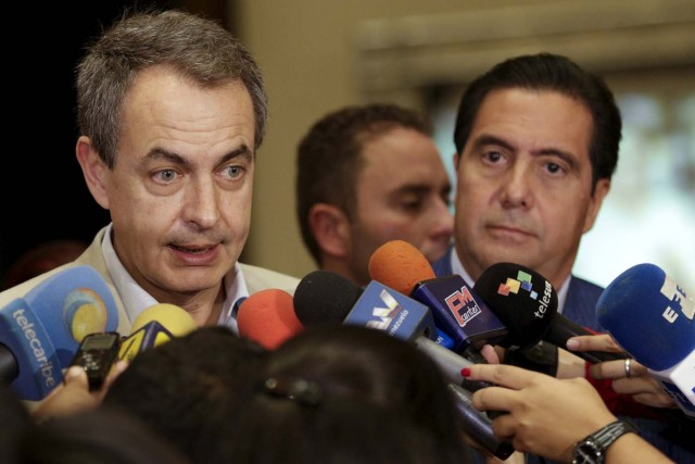 Former Spanish Prime Minister Jose Luis Rodriguez Zapatero addresses the media next to Panama's former president Martin Torrijos after their meeting with  National Electoral Council (CNE) President Tibisay Lucena in Caracas, December 2, 2015. Zapatero and Torrijos were invited by the National Electoral Council (CNE), to join a mission, along with Colombian Senator Horacio Serpa, to accompany the Union of South American Nations (UNASUR) during the upcoming election on December 6. REUTERS/Marco Bello. FOR EDITORIAL USE ONLY. NO RESALES. NO ARCHIVE.