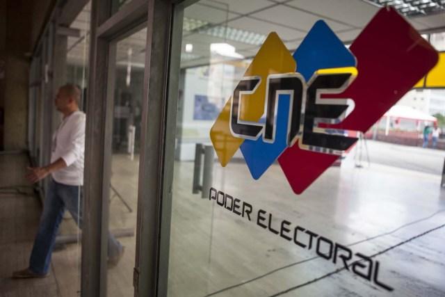 CAR13 CARACAS (VENEZUELA) 02/12/2015. Fotografía del 29 de noviembre del 2015 donde se observa el logotipo del Consejo Nacional Electoral (CNE) en la ciudad de Caracas (Venezuela). Las elecciones de la Asamblea Nacional (AN) venezolana del próximo domingo pueden poner sobre la mesa diferentes escenarios, algunos de los cuales podrían cambiar la dinámica política del país caribeño tal como se conoce en los últimos 15 años. En manos de quienes obtengan la mayoría del Parlamento unicameral, de 167 escaños, recaerá el poder con el que se podría amenazar o consolidar la llamada revolución bolivariana, el proyecto político ideado por el fallecido Hugo Chávez, y liderado ahora por su hijo político, el presidente venezolano, Nicolás Maduro. EFE/MIGUEL GUTIÉRREZ