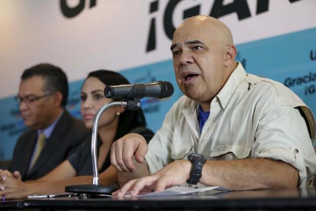 Jesus Torrealba (R), secretary of the Venezuelan coalition of opposition parties (MUD), speaks during a news conference in Caracas, Venezuela December 8, 2015. REUTERS/Carlos Garcia Rawlins
