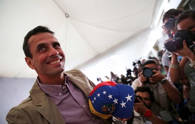 El líder opositor Henrique Capriles sonríe antes de una conferencia de prensa en Caracas, el 7 de diciembre de 2015. El órgano electoral de Venezuela dijo el martes que la oposición ganó al menos 110 escaños de la Asamblea Nacional en las elecciones parlamentarias, con lo que se asegura la mayoría calificada para legislar. REUTERS/Nacho Doce