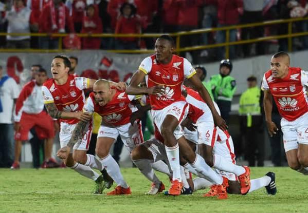 Luis Manuel Seijas (primero izquierda) celebró la victoria tras el cobro de los penales. AFP