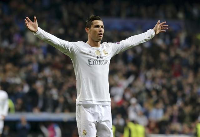 El delantero portugués del Real Madrid, Cristiano Ronaldo, celebra el tercer gol del equipo madridista, durante el encuentro correspondiente a la fase de grupos de la Liga de Campeones, que disputan esta noche frente al Malmo en el estadio Santiago Bernabéu. EFE/Ballesteros.