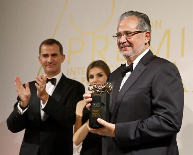 Los Reyes Felipe VI y Letizia aplauden al presidente y editor del diario venezolano El Nacional, Miguel Henrique Otero (d), quien ha recibido hoy el galardón Luca de Tena en la entrega de los Premios Internacionales de Periodismo del diario ABC. EFE/Juanjo