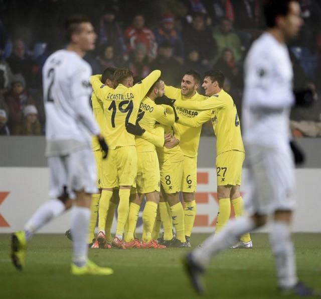Los jugadores del Villarreal CF celebran el segundo gol conseguido ante el Viktoria Plzen, durante el partido del grupo E de la Liga Europa disputado en Praga, República Checa. EFE/Filip Singer