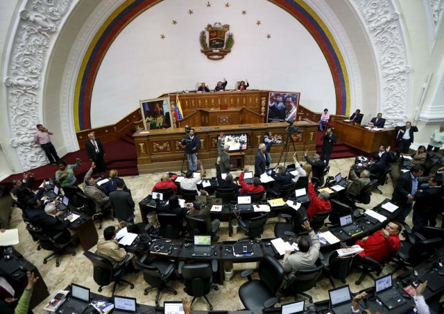 National Assembly President Diosdado Cabello (C) raises his hand next to deputies during a Session of the Venezuelan National Assembly in Caracas December 10, 2015. REUTERS/Carlos Garcia Rawlins