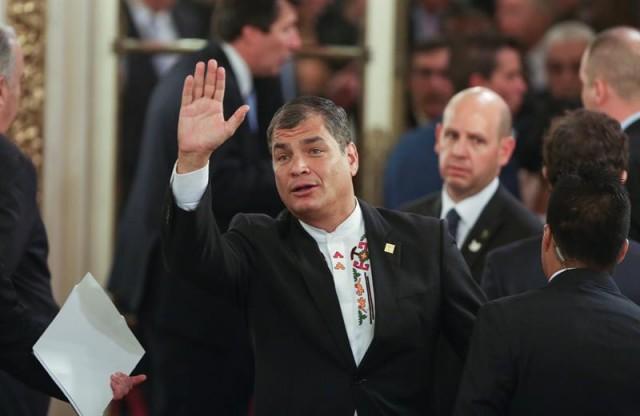 El presidente de Ecuador, Rafael Correa, saluda en el Salón Blanco de la Casa Rosada hoy, jueves 10 de diciembre de 2015, durante el acto de posesión del nuevo presidente argentino, Mauricio Macri, en Buenos Aires. EFE/David Fernández
