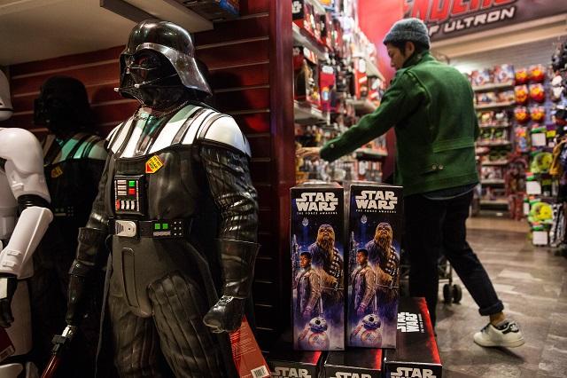 Juguetes de Star Wars: The Force Awakens son exhibidos en Times Square, Nueva York. AFP