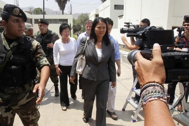 Keiko Fujimori (centro), hija del ex presidente peruano Alberto Fujimori, llega a un juzgado para escuchar la sentencia contra su padre bajo cargos de desviar fondos estatales para manipular a los medios durante su gestión como mandatario. Lima enero 8, 2015. REUTERS/Enrique Castro-Mendivil