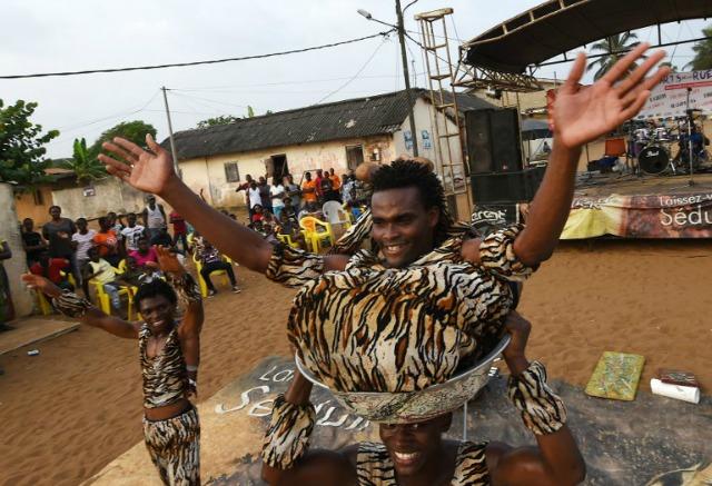 Contorsionistas de Costa de Marfil se realizan durante el festival de artes de calle Grand Bassam en Grand-Bassam el 13 de diciembre de 2015.