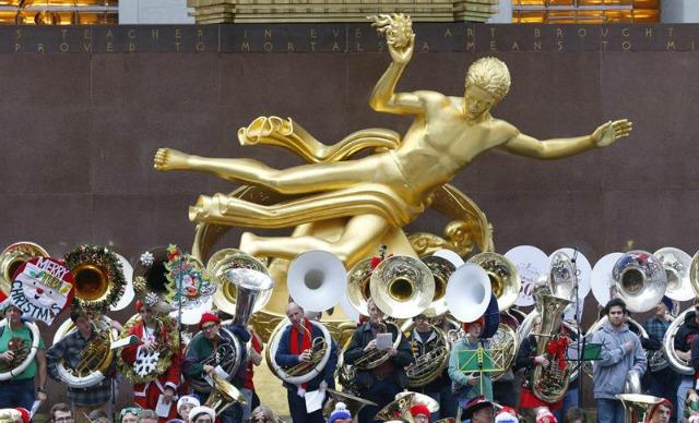 Cientos de jugadores tenor y tuba contrabajo juegan canciones de Navidad en el Rockefeller Center en Nueva York, Nueva York, EE.UU., 13 de diciembre de 2015. Los músicos de todo el país han estado llevando a cabo la tuba de Navidad desde 1974 (Estados Unidos) EFE / EPA / ANDREW GOMBERT