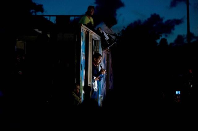 En esta imagen, tomada el 9 de diciembre de 2015, el presidente de Venezuela, Nicolás Maduro, se dirige a sus partidarios desde un camión en el exterior del palacio presidencial de Miraflores, en Caracas, Venezuela. Maduro prometió proteger la revolución socialista del país de los líderes de la oposición, que el próximo mes se harán con el control de la Asamblea Nacional. (Foto AP/Fernando Llano)