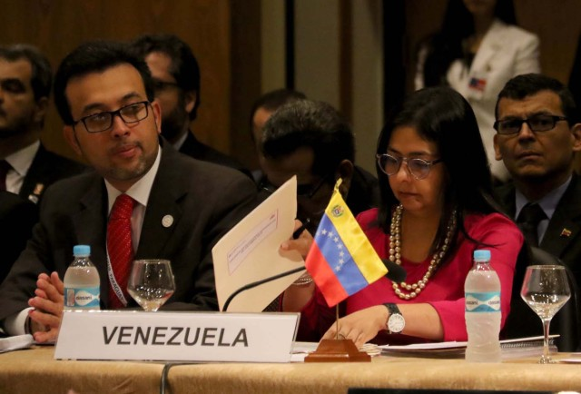 """ASU23. ASUNCIÓN (PARAGUAY) 21/12/2015.- La ministra de Relaciones Exteriores de Venezuela, Delcy Rodríguez (d) es vista junto a sus colaboradores durante la XLIX Cumbre de Mercosur hoy, lunes 21 de diciembre de 2015 en Asunción (Paraguay). La Cumbre de Jefes de Estado de Mercosur comenzó hoy en Asunción con la ausencia del presidente de Venezuela, Nicolás Maduro, que no participa debido a sus """"compromisos internos"""", según anunció Paraguay, el país anfitrión. En el encuentro participan el presidente paraguayo, Horacio Cartes; el de Argentina, Mauricio Macri, en la que será su primera cumbre; el de Uruguay, Tabaré Vázquez, y la mandataria de Brasil, Dilma Rousseff. .EFE/Andrés Cristaldo Benítez"""