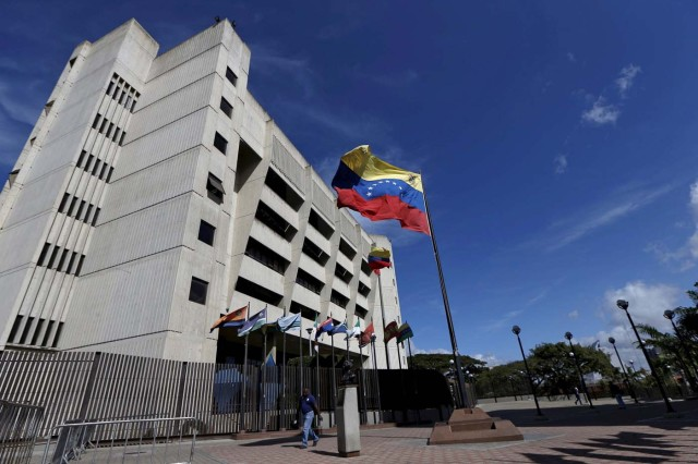 A man walks in front of a building of the Venezuela Supreme Court in Caracas December 23, 2015. Venezuela's Congress on Wednesday named 13 justices to the Supreme Court in a manoeuvre critics slammed as a last-minute court-packing scheme by the Socialist Party in the final days before it loses control of the legislature in January. REUTERS/Carlos Garcia Rawlins