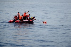 Un muerto y decenas de desaparecidos tras un accidente de barco en Indonesia