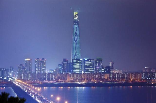 La fachada de la Torre Lotte World en Seúl (Corea del Sur) es iluminada durante unos ensayos en la noche de ayer, 29 de diciembre de 2015, en preparación para el Año Nuevo. La Torre Lotte World se encargará de la cuenta atrás en la medianoche de mañana para dar la bienvenida al nuevo año. EFE/Yonhap