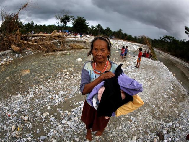 Una mujer de la etnia Mangyan recibe ayuda humanitaria en Monte Halcón en la localidad de Baco, afectada por el tifón en la isla de Mindoro en Filipinas hoy, 30 de septiembre de 2015. Más de 280.000 personas continúan desplazadas en centros de evacuación, según el gobierno. El tifón ha destruido más de 160.000 hogares, cultivos e infraestructuras valoradas en 40 millones de dólares. EFE/Francis R. Malasig