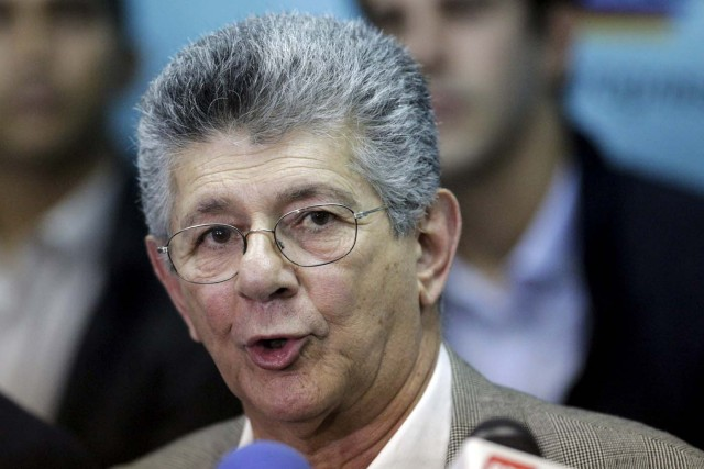 Henry Ramos Allup, deputy of Venezuelan coalition of opposition parties (MUD) addresses the media during a news conference in Caracas, January 4, 2016. Venezuela's opposition coalition on Sunday chose Henry Ramos to lead the country's National Assembly, which convenes Tuesday for its first session with an opposition majority in more than 16 years. REUTERS/Marco Bello