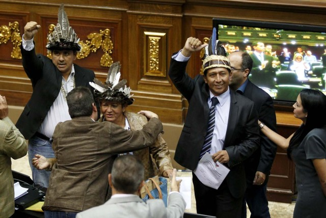 Julio Ygarza (L), Nirma Guarulla (C) and Romel Guzamana (2nd R), deputies of Venezuelan coalition of opposition parties (MUD), celebrate after their swearing-in ceremony during a session of the National Assembly in Caracas January 6, 2016. Venezuela's opposition defied a court ruling and swore into the new congress on Wednesday three lawmakers barred from taking their seats, deepening the showdown between the legislature and President Nicolas Maduro's government. REUTERS/Marco Bello      TPX IMAGES OF THE DAY