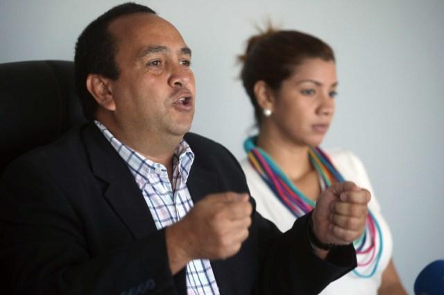 """LIM01. LIMA (PERÚ), 05/01/2016.- El exdiputado venezolano Oscar Pérez (i), asilado político en Perú hace seis años, pidió a los países de América Latina hoy martes 5 de enero de 2015, durante rueda de prensa en Lima (Perú)que vigilen la correcta instalación del nuevo Parlamento de Venezuela, en su mayoría opositora, que tendrá lugar este martes. En una rueda de prensa ofrecida en Lima, Pérez dijo que el presidente Nicolás Maduro y Diosdado Cabello, presidente saliente de la Asamblea Nacional (AN, parlamento), no solo deberán reconocer a los 112 diputados que fueron elegidos el pasado 6 de diciembre sino """"respetar el ingreso de Venezuela a la era del cambio y progreso"""". EFE/ERNESTO ARIAS"""