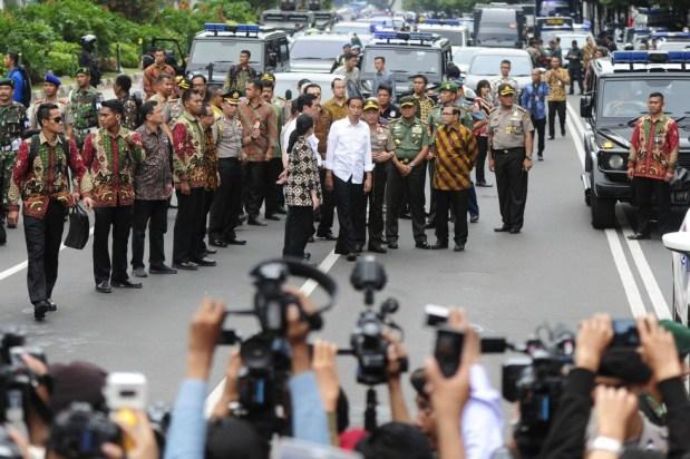 """Presidente indonesio Joko Widodo (C, camisa blanca) visita el sitio de la explosión de una bomba en el distrito de negocios Thamrin en Yakarta, 14 de enero 2016 en esta foto tomada por Antara Foto. Los militantes lanzaron un asalto pistola y bomba en el centro de la capital de Indonesia el jueves, matando al menos a seis personas, dijo la policía, en un ataque contra un país que Estado Islámico había amenazado con poner en su """"punto de mira"""". REUTERS"""
