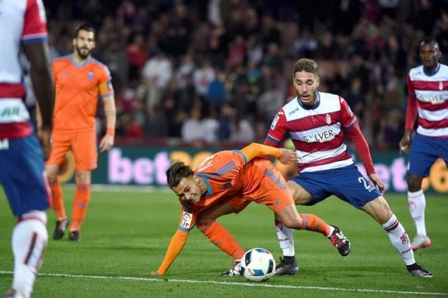 El centrocampista del Valencia Francisco José Villalba (i) y el centrocampista del Granada Rubén Rochina luchan por el balón durante el partido de vuelta de octavos de final de la Copa del Rey. EFE
