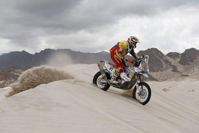 Nicolás Cardona se aproxima a la meta en el Dakar 2016.