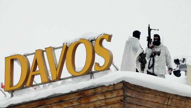 Funcionarios suizos especiales de policía observan los alrededores desde lo alto de la azotea de la Davos Congress Hotel antes de la Reunión Anual 2016 del Foro Económico Mundial (WEF) en Davos, Suiza 19 de enero de 2016. REUTERS / Ruben Sprich