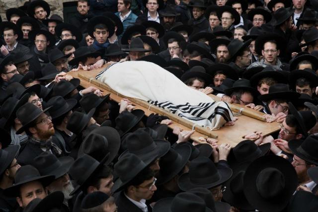 Judios ultra-ortodoxos llevan el cuerpo del rabino Refoel Shmulevitz, de 79 años, envuelta en un manto de oración, durante su funeral fuera de la escuela religiosa Mir Yeshiva en el barrio de Beit Israel de Jerusalén el 19 de enero de 2016. El rabino Refoel Shmulevitz era el jefe de la Mir Yeshiva, uno de los Yeshiva más grande de Israel con más de 7.500 estudiantes procedentes de todo el mundo.