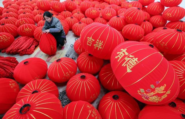 Un trabajador hace linternas en una fábrica antes de la próxima Año Nuevo Lunar chino, en condado Boai, provincia de Henan, 19 de enero de 2016. REUTERS / China Daily