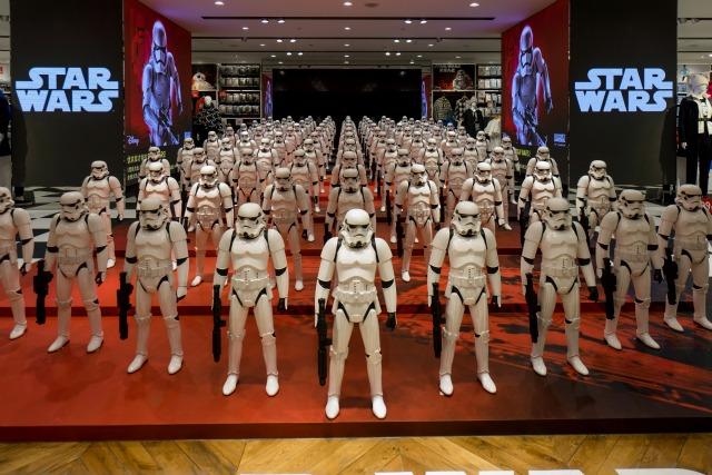 """Modelos de Primer Orden Stormtrooper Batalla de Amigos de la película """"Star Wars - La Fuerza despierta"""" se muestran en una tienda en Shanghai, China, 19 de enero de 2016. REUTERS / Stringer"""