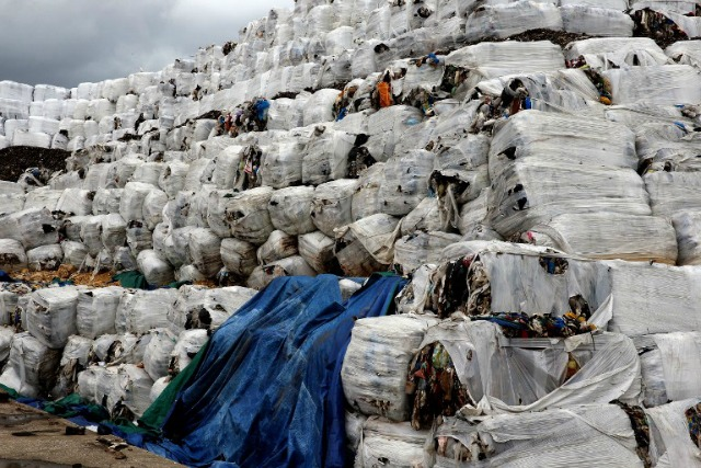 Una imagen tomada en 19 de enero 2016 muestra pilas de basura lleno en el puerto de la capital libanesa de Beirut.