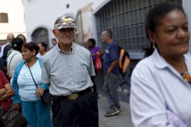 """People line up at the seniors line to buy chicken outside a PDVAL, a state-run supermarket, in Caracas January 22, 2016. Venezuela's opposition refused on Friday to approve President Nicolas Maduro's """"economic emergency"""" decree in Congress, saying it offered no solutions for the OPEC nation's increasingly disastrous recession. Underlining the grave situation in Venezuela, where a plunge in oil prices has compounded dysfunctional policies, the International Monetary Fund on Friday forecast an 8 percent drop in gross domestic product and 720 percent inflation this year. REUTERS/Carlos Garcia Rawlins"""