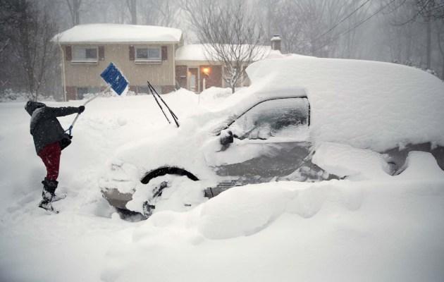 Un hombre intenta sacar su auto debajo de la nieve en Falls Church, Virginia, luego de una tormenta que azotó a la Costa Este de Estados Unidos. 23 de enero, 2016. Millones de residentes, dueños de negocios y trabajadores salieron de sus casas el domingo luego de una enorme tormenta de nieve que paralizó a Washington, Nueva York y otras ciudades del noreste de Estados Unidos y provocó la muerte de al menos 19 personas en varios estados. REUTERS/Kevin Lamarque