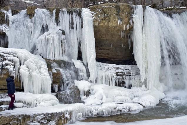 PRI02. Mirusha (Serbia), 24/01/2016.- A man looks at the frozen waterfalls of Mirusha, Kosovo, 24 January 2016. Temperatures dropped to minus 20 celsius degrees last week in Kosovo. The temperature in Kosovo dropped to below 20 degree Celsius during the last days. EFE/EPA/PETRIT PRENAJ