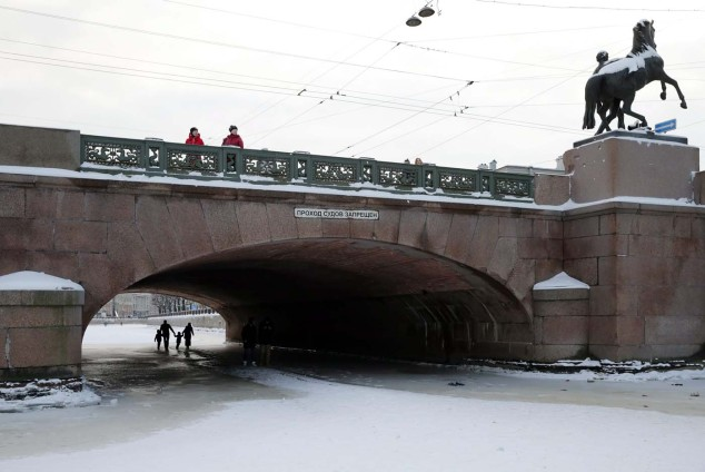SPB08. St. Petersburg (Russian Federation), 24/01/2016.- People pass the frozen Fontanka River under the Annichkov bridge in central St. Petersburg, Russia 24 January 2016. Temperatures dropped to minus 10 degree Celsius in the second capital of Russia, local media reports. (Rusia) EFE/EPA/ANATOLY MALTSEV