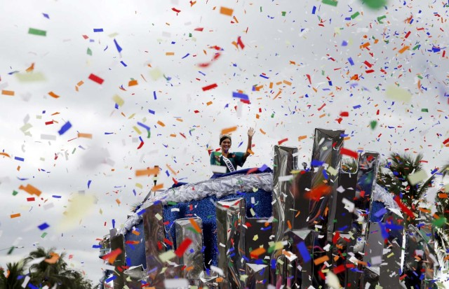 Miss Universe 2015 Pia Alonzo Wurtzbach waves to the crowd as confetti rains during a motorcade along Roxas Boulevard in Manila, January 25, 2016. Wurtzbach, the first Miss Universe from the Philippines in more than four decades, said on Sunday she will spend her reign bringing awareness to issues like HIV and draw support for countries vulnerable to disasters.  REUTERS/Erik De Castro