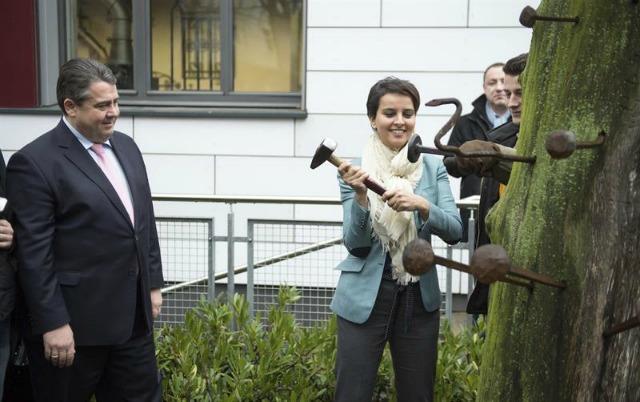 El ministro alemán de Asuntos Económicos y Energía, Sigmar Gabriel (i), y la ministra francesa de Educación, Educación Superior e Investigación, Najat Vallaud-Blekacem, visitan el centro escolar Hans Boeckler en Berlín (Alemania) hoy, 25 de enero de 2016. El partido de Gabriel, el Parido Socialdemócrata Alemán (SPD), celebrará en los próximos días un congreso sobre educación. EFE/Bernd Von Jutrczenka