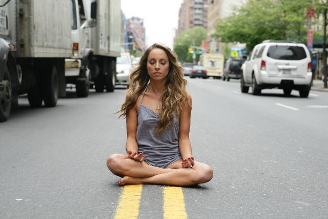 meditacion calle trafico