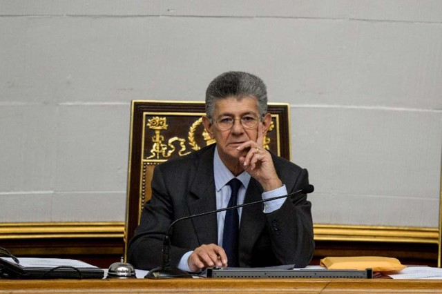 The president of the opposition-controlled National Assembly, Henry Ramos Allup, gestures during a session in Caracas on January 28, 2016. The Venezuelan Parliament approved a law Thursday to deliver property titles to the beneficiaries of state-subsidized housing, which generated a new conflict with representatives of the ruling party. AFP PHOTO/FEDERICO PARRA / AFP / FEDERICO PARRA