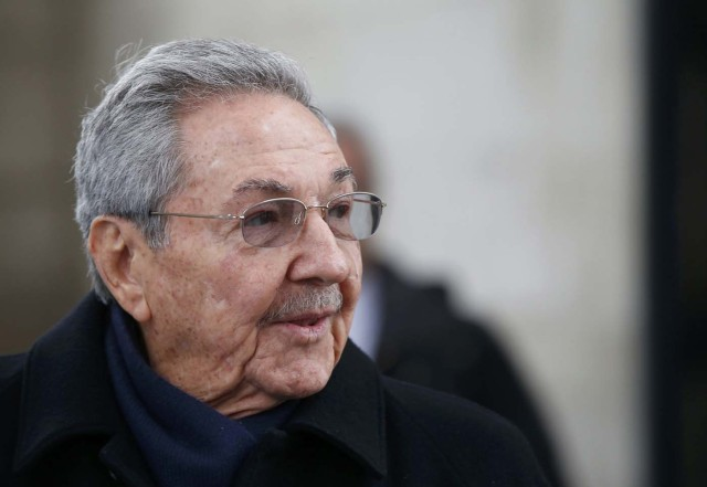 Cuba's President Raul Castro attends a ceremony at the Tomb of the Unknown Soldier at the Arc de Triomphe in Paris, France, February 1, 2016. REUTERS/Jacky Naegelen