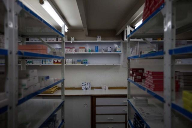 ACOMPAÑA CRÓNICA: VENEZUELA SALUD CAR01. CARACAS (VENEZUELA), 06/02/2016.- ,Fotografía del 6 de febrero de 2016 donde se observa estantes vacíos dentro de una farmacia en la ciudad de Caracas (Venezuela). El Parlamento venezolano de mayoría opositora declaró la semana pasada una crisis humana de salud en el país ocasionada por la escasez de medicamentos, de equipos médicos y el deterioro de las instituciones públicas sanitarias. EFE/MIGUEL GUTIÉRREZ
