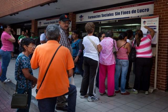 ACOMPAÑA CRÓNICA: VENEZUELA SALUD CAR06. CARACAS (VENEZUELA), 06/02/2016.- ,Fotografía del 6 de febrero de 2016 donde se observa a un grupo de personas hacer fila para comprar medicinas en una farmacia en la ciudad de Caracas (Venezuela). El Parlamento venezolano de mayoría opositora declaró la semana pasada una crisis humana de salud en el país ocasionada por la escasez de medicamentos, de equipos médicos y el deterioro de las instituciones públicas sanitarias. EFE/MIGUEL GUTIÉRREZ