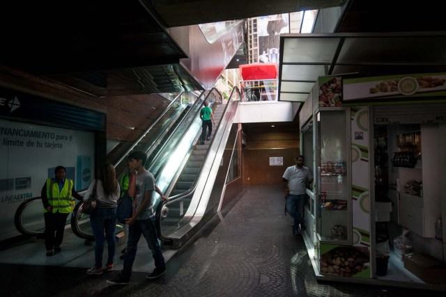 CAR03. CARACAS (VENEZUELA), 10/02/2016.- Clientes de un centro comercial suben por las escaleras eléctricas, apagadas por el racionamiento, hoy, miércoles 10 de febrero de 2016, en Caracas (Venezuela). Los centros comerciales de Venezuela iniciaron hoy sus actividades con un horario restringido que los lleva a trabajar durante un promedio de cuatro horas diarias, una situación que elevó las alarmas de las organizaciones relacionadas con el sector que auguran pérdidas de dinero y empleos. EFE/Miguel Gutiérrez