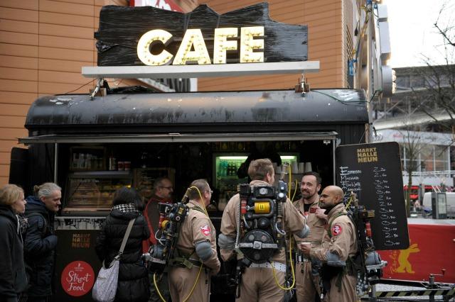 Los miembros de un club de fans de Ghostbusters alemanes vestidos como personajes de la película, tomar un café en un mercado de alimentos en la calle en el 66º Festival Internacional de Cine Berlinale en Berlín, Alemania 11 de febrero de 2016. REUTERS / Stefanie Loos