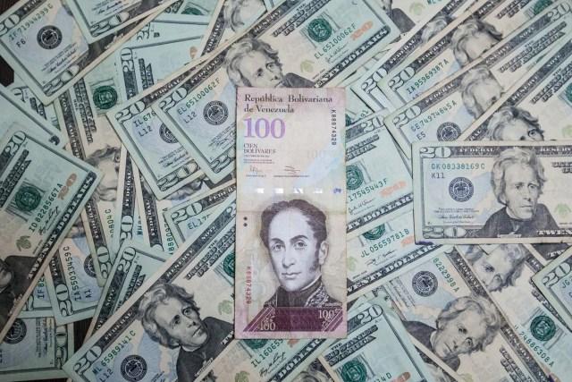 CAR02. CARACAS (VENEZUELA), 17/02/2016.- Fotografía de billetes de pesos mexicanos y dólares estadounidenses hoy, miércoles 17 de febrero de 2016, en Caracas (Venezuela). El presidente venezolano, Nicolás Maduro, anunció hoy una serie de medidas económicas que incluye el primer aumento del precio de la gasolina en el país en 27 años, que sube más de un 6.000 %, una devaluación del bolívar del 58,7 % y un aumento del 20 % de los salarios básicos. EFE/Miguel Gutiérrez